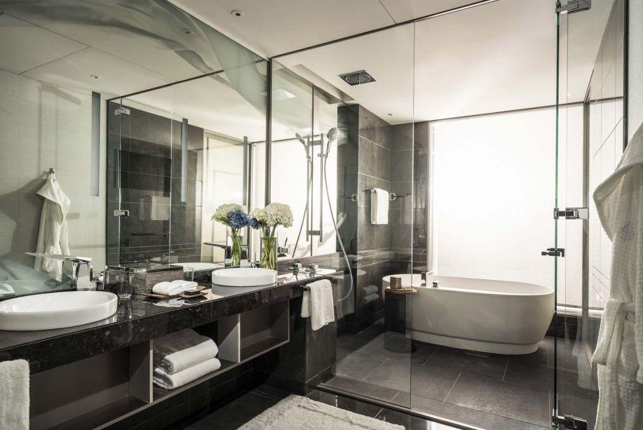Em Tóquio, um estilo minimalista inspira o banhiro, projetado pelo designer Jean-Michel Gathy. Os espaços são confortáveis e dinâmicos, e combinam elementos da decoração japonesa com um estilo mais residencial. Uma característica é o contraste: linhas limpas interagem com texturas, enquanto espaços cheios de luz encontram recantos sombreados.