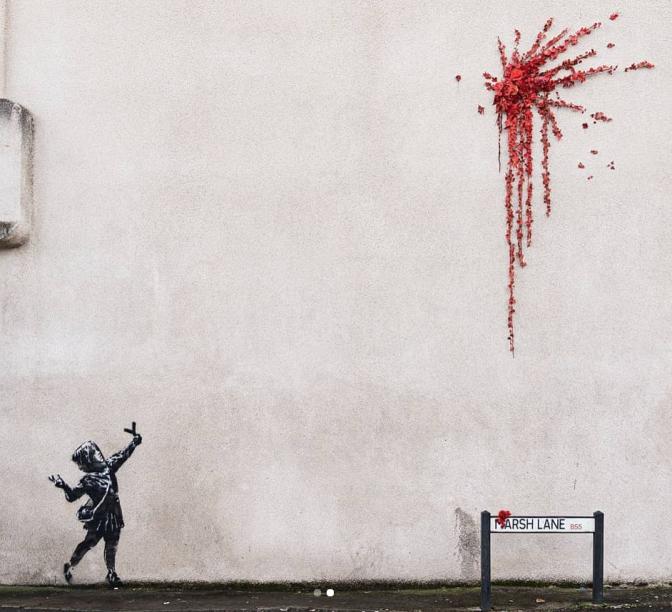 Banksy - s/titulo 2020. Mais uma vez, o enigmático artista britânico espalhou o mistério. Em pleno Dia dos Namorados, fez uma provocação ácida ao dia oficial dos pombinhos. Ele pintou em Bristol, sua cidade natal na Inglaterra, um mural com uma garotinha lançando um projétil a partir de um estilingue em um ramo de flores vermelhas.