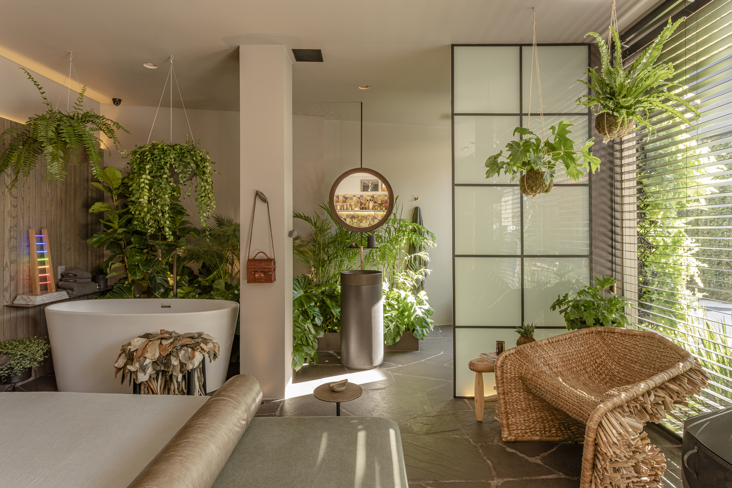 cabana urbana marcio michalua casacor sao paulo 2019 jardim suspenso vaso suspenso plantas paisagismo quarto banheiro banheira