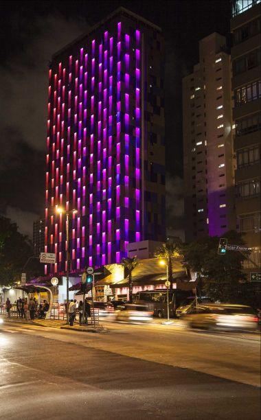 Durante o dia, as chapas metálicas que revestem o edifício criam uma pele pixelada nas cores dourado, azul e cinza. Como uma camuflagem urbana, seu desenho foi gerado a partir da análise dos sons no entorno do edifício, que foram transformados em padrões gráficos em um programa de parametria. O resultado final reflete visualmente a paisagem sonora de uma das avenidas mais icônicas da cidade de São Paulo, a Avenida Rebouças.
