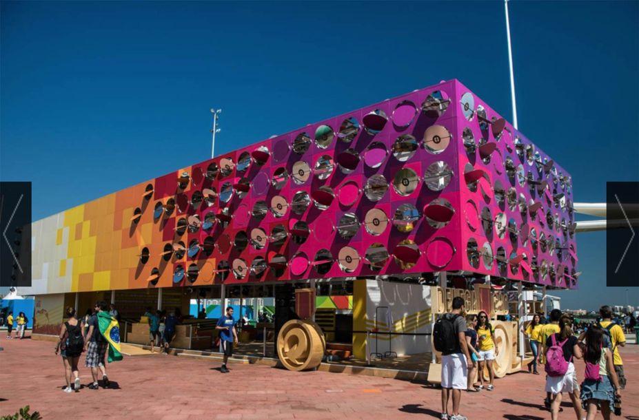 O Dancing Pavilion foi uma verdadeira sensação nos Jogos Olímpicos sediados no Rio de Janeiro, em 2016. A instalação temporária contava com sensores de movimento, que captavam a agitação na pista de dança e a transformava em energia para girar os espelhos da fachada.