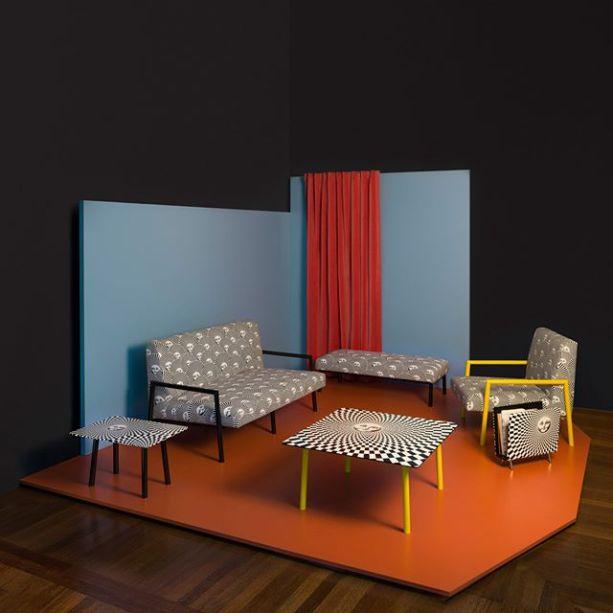 """A marca de Piero Fornasetti lança a coleção """"Insoliti salotti"""", além de oferecer Tour Virtuais a casa do designer."""