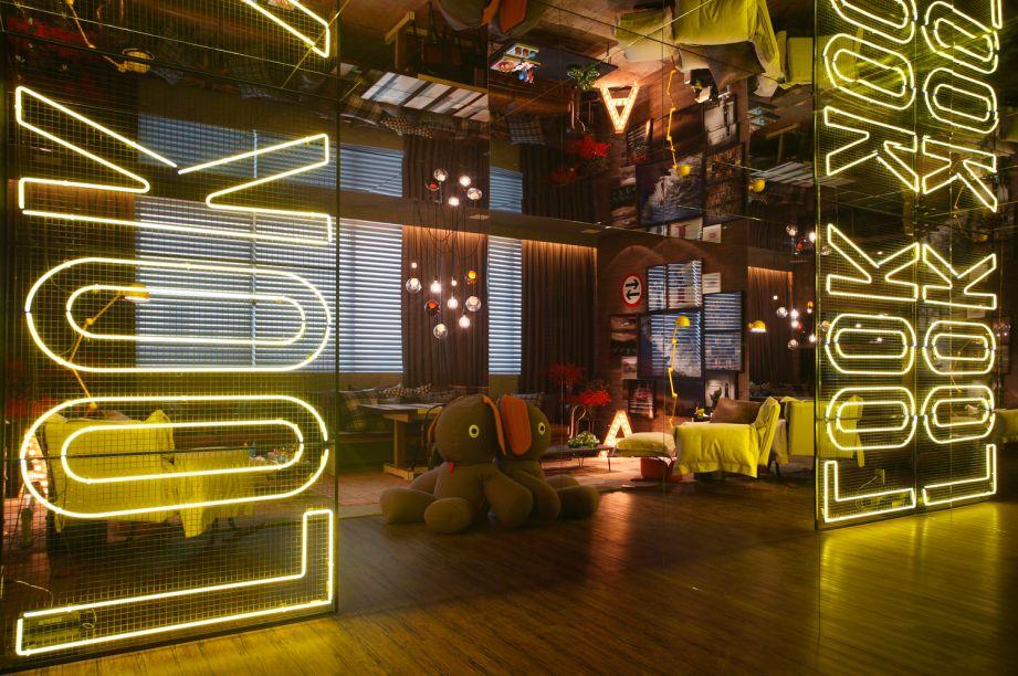 CASCOR Rio de Janeiro 2014. O piso vinílico que imita madeira é coberto em parte por um tapete estonado. Nos móveis, destaque para a poltrona Mass (do designer Roberto Mannes Jr, da Benita Brasil), o sofá Elizabeth em couro envelhecido e a mesa de centro Diesel. Tudo da LZ Studio.