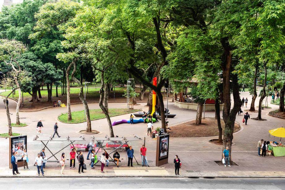"""Projeto mais recente do Estúdio Guto Requena, 'Meu coração bate como o seu' é um híbrido entre mobiliário público urbano e escultura. Localizado na Praça da República, em São Paulo, a instalação ativista é um tributo à comunidade LGBTI+ no Brasil.<div id=""""gtx-trans"""" style=""""position:absolute;left:-261px;top:-9.78819px;""""><div class=""""gtx-trans-icon""""></div></div>"""