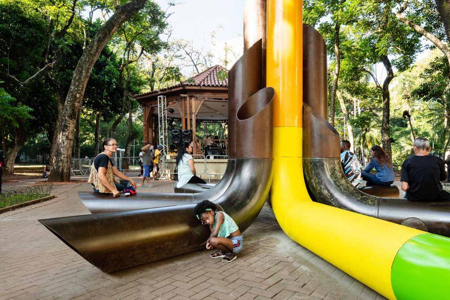 """Sua localização não é à toa: a Praça da República foi sede do primeiro encontro de ativistas LGBTI+ em São Paulo, em 1978. O tipo de design-ativista do projeto transforma o espaço público em um palco para dar visibilidade, inspirar empatia e promover consciência social.<div id=""""gtx-trans"""" style=""""position:absolute;left:-261px;top:-9.78819px;""""><div class=""""gtx-trans-icon""""></div></div>"""