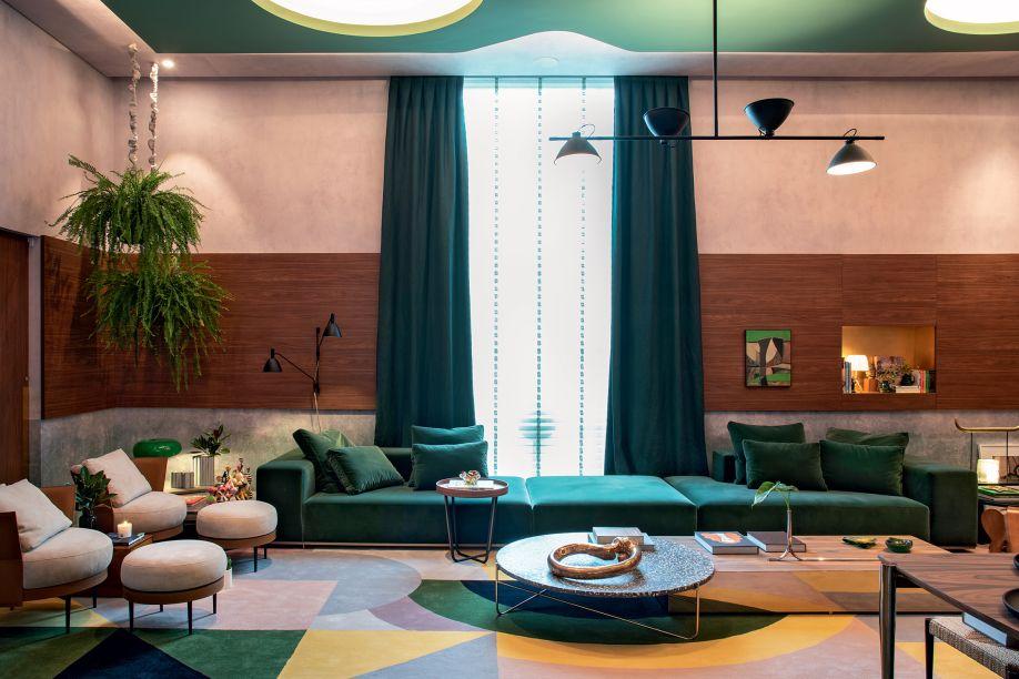 """Living do Colecionador - Naomi Abe. A paixão por arte, design e arquitetura foram a inspiração para o """"Living do Colecionador"""", um espaço de entrada em forma de cubo minimalista e monocromático de ladrilhos hidráulicos verdes. No living, o generoso sofá de veludo verde convida ao toque e aquece o corpo."""