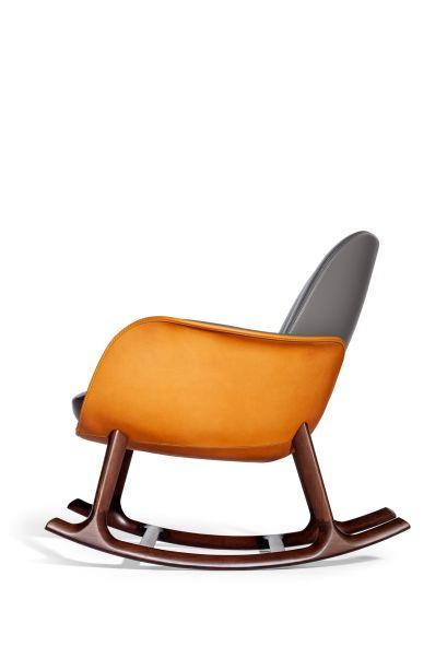 Relançada esse ano a cadeira de balanço, de Martha de Roberto Lazzeroni, apresenta uma concha em couro natural de selaria.