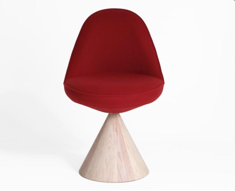 A cadeira com uma base giratória geométrica de madeira é o novo projeto da dupla ítalo-dinamarquesa GamFratesi assinou para Porro.