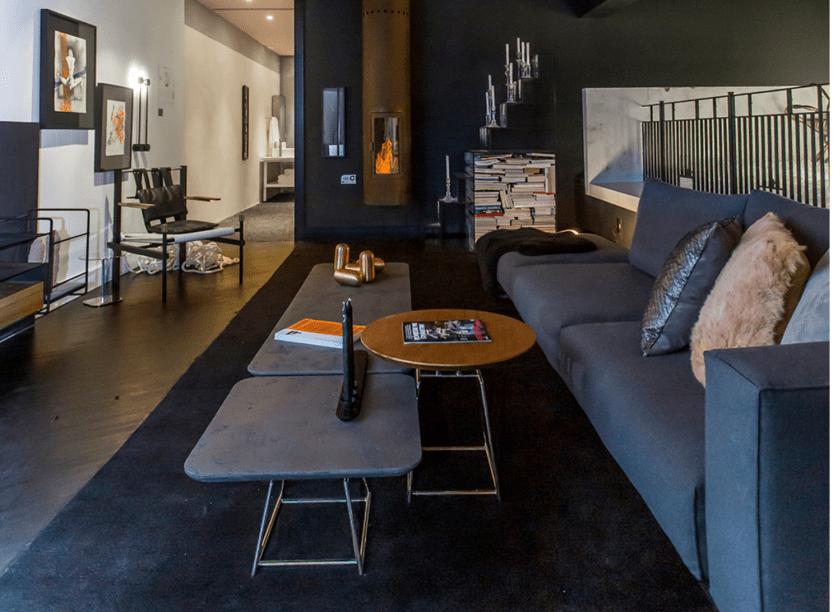 """Loft Fetiche - Ricardo Abreu. Com 80 m2, o projeto faz referência às antigas """"garçonnières"""", ou pequenos apartamentos destinados a encontros amorosos. Os tons escuros e iluminação cênica favorecem o clima de fantasia e sensações, reforçada pelos toques lúdicos, como a piscina de bolinha."""