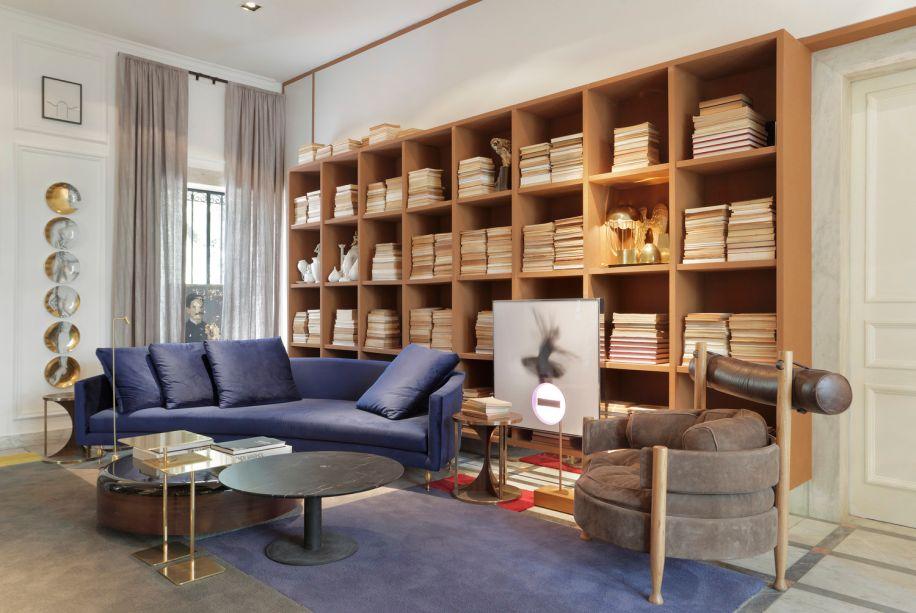 CASACOR Rio de Janeiro 2016. Eles investem na junção entre o novo e o antigo, em especial a década de 1920, e apostam em texturas sofisticadas como no sofá em veludo de Marcus Ferreira, da Decameron.
