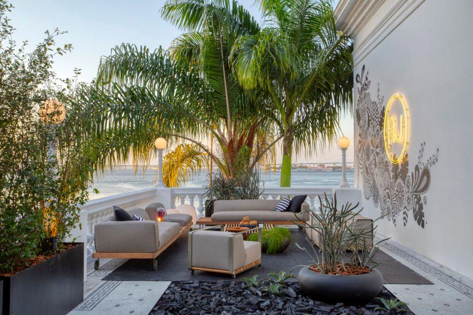 CASACOR Rio de Janeiro 2019. Terraço RO+CA - a vista e a arquitetura Art Déco original tornam o espaço perfeito para um drink no fim de tarde.