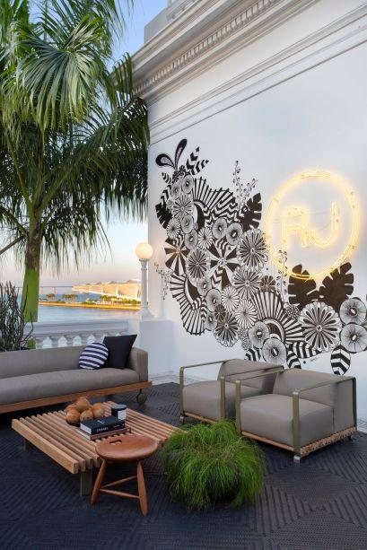 CASACOR Rio de Janeiro 2019. O estar apresenta a nova linha de móveis para área externa do arquiteto Arthur Casas. O painel foi criado pela arquiteta e artista Ani Cuenca.