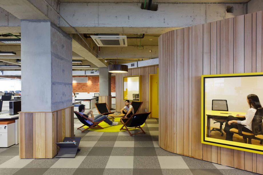 Cada andar foi planejado para ter uma identidade visual diferente, servindo de auxílio aos visitantes que precisam se localizar dentro da empresa. Isso foi feito através de 'casulos', rompendo a rigidez ortogonal dos andares, desenvolvidos de forma orgânica e revestidos com madeiras e cores próprias.