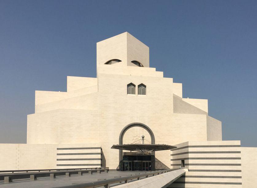 Museu de Arte Islâmica - I.M. Pe - Qatar. Projetado pelo arquiteto vencedor do prêmio Pritzker, I.M. Pei, o Museu de Arte Islâmica fica em uma península à beira-mar de Doha e é composto por um edifício principal de 5 andares com uma ala educacional adjacente conectada por um grande pátio central.