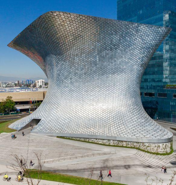 Soumaya Museum - Fernando Romero - México. Fundado por Carlos Slim, o Museo Soumaya, na Cidade do México, foi inaugurado originalmente em 1994 e possui uma vasta gama de arte do México e da Europa. Também é conhecido por ter os maiores elencos de esculturas de Rodin fora da França.