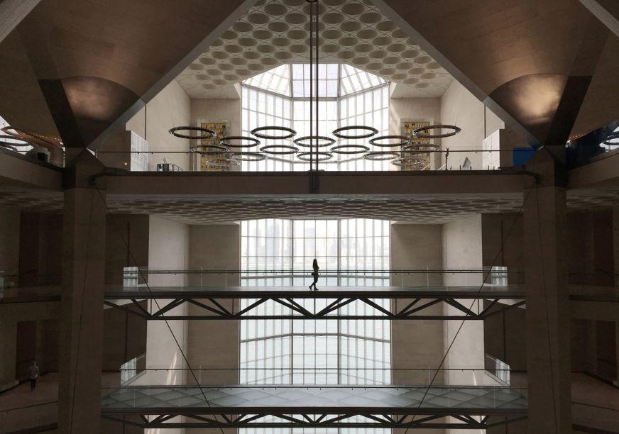 Apesar da abertura em 2008, Pei se voltou para a arquitetura islâmica antiga em seu projeto para o museu, principalmente a Mesquita Ibn Tulun, no Cairo. O museu apresenta um átrio alto em cúpula dentro de uma torre central e um óculo que captura e reflete a luz padronizada. Uma janela de 45 metros de altura no lado norte oferece vistas panorâmicas sobre a baía e padrões geométricos complementam a extensa coleção de arte islâmica do museu.