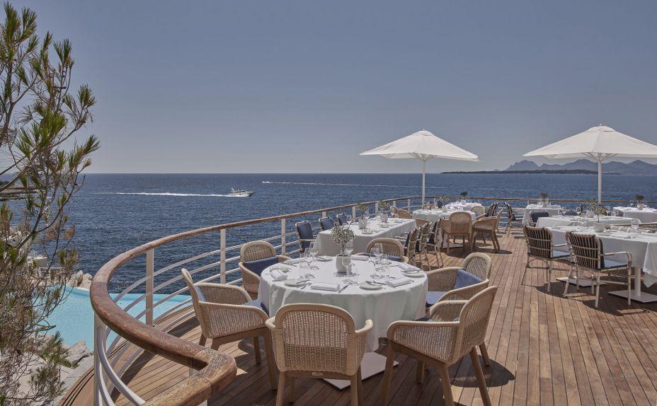O restaurante Eden-Roc Grill, com vista para o mar mediterrâneo.