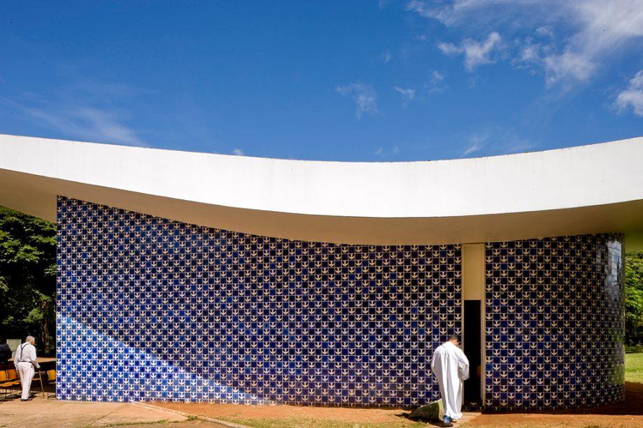 Painel de azulejos da Igrejinha Nossa Senhora de Fátima. A Igrejinha Nossa Senhora de Fátima foi o primeiro templo de alvenaria inaugurado em Brasília, em 1958. Projetada por Oscar Niemeyer, foi também a primeira obra de Athos Bulcão para a capital.