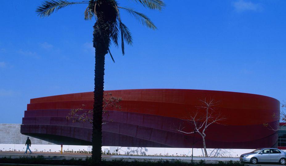 Design Museum Holon - Ron Arad Architects - Israel. Este museu, o primeiro do país dedicado ao design e à cultura contemporânea, foi inaugurado em 2010 na cidade de Holon, Israel. Projetado pelo arquiteto israelense Ron Arad, o edifício usa seis faixas sinuosas de aço corten como ponto focal.