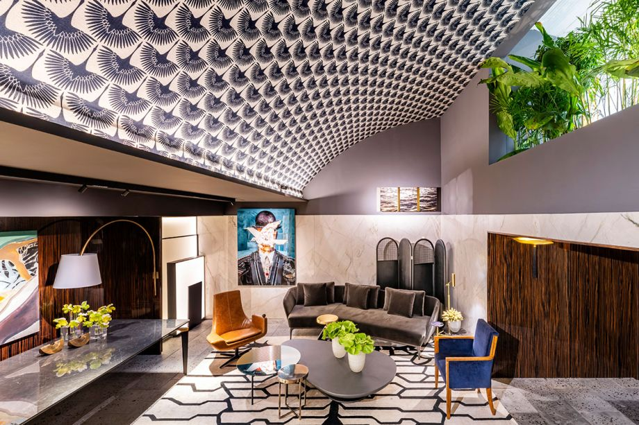 CASACOR São Paulo 2019.<span></span>Les Hérons - Gustavo Martins Arquitetura. Inspirado na art déco que marcou lobbies icônicos dos luxuosos hotéis do início do século 20, o arquiteto Gustavo Martins é responsável pelo espaço que remete a um hall de apartamento. Com foco na sustentabilidade, o arquiteto escolheu uma superfície para o piso que é resultado do reaproveitamento de materiais, formado por partículas de insumos como argila e descartes de obras triturados ou peneirados, transformados em um revestimento de design exclusivo.