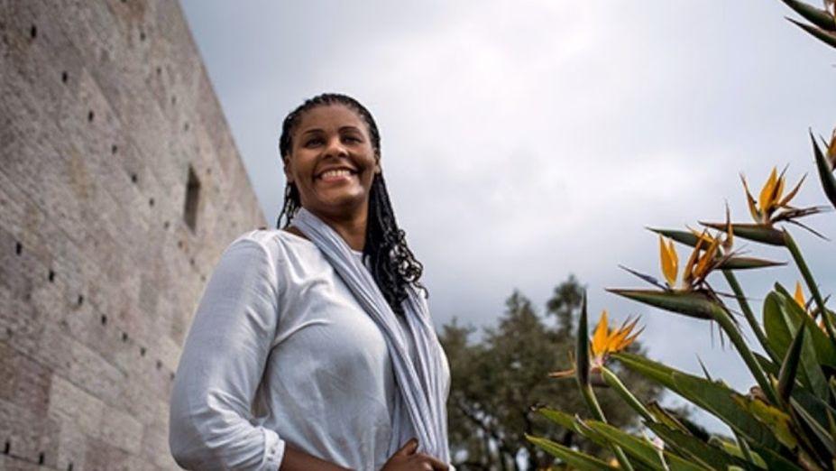 <strong>Angela Mingas.</strong>Mingas possui uma formação acadêmica extensa, que passa pela arquitetura, pedagogia e antropologia, na Universidade Técnica de Lisboa. Nascida em Portugal, a arquiteta é especialista em Patrimônio Arquitetônico e Semiótica Urbana e já foi Secretária de Estado e do Ordenamento Territorial de Angola (2017-2018). Ela também fundou o Centro de Estudos e Investigação Científica de Artes, Arquitetura, Urbanismo e Design na Universidade Lusíada de Angola (CEICA-AAUD) e atualmente é professora da Universidade Lusíada de Angola.