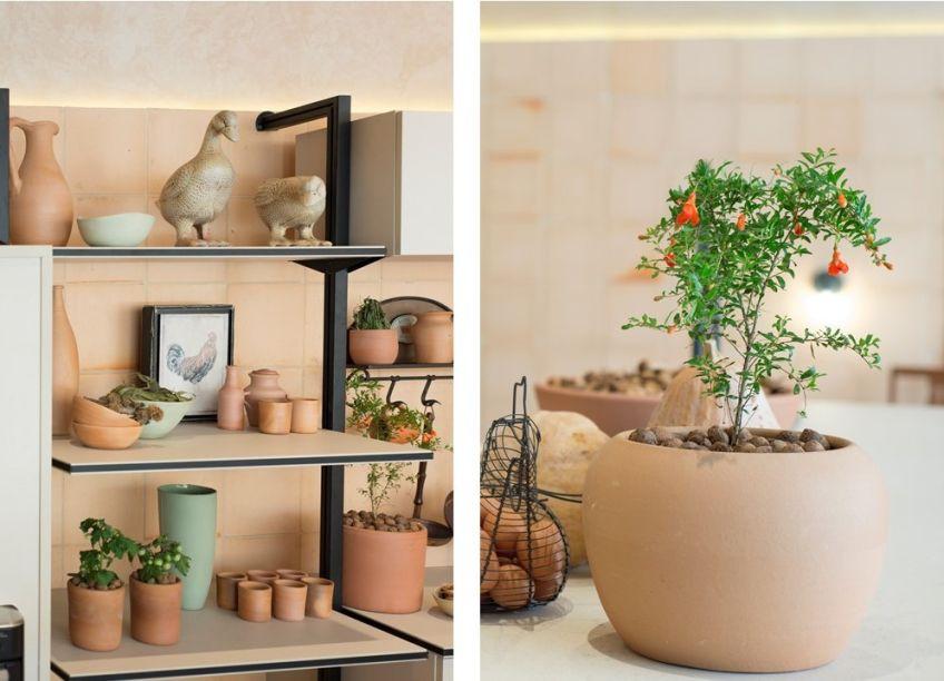 CASACOR Ceará 2019. Cozinha de Origem - Ana Virginia Furlani. A pequena horta da cozinha da profissional é composta de charmosos vasinhos de terracota espalhados pela bancada e pelos armários. Delicadas, as plantas se misturam com a própria decoração.
