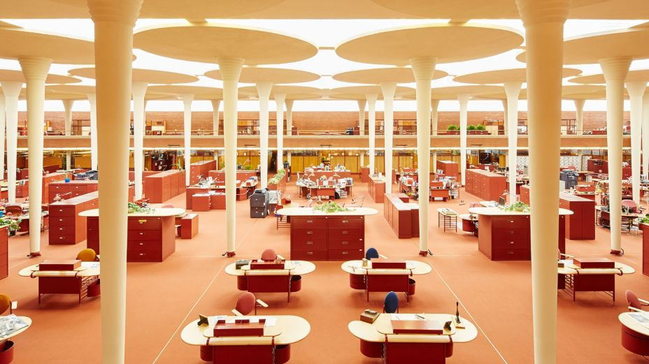 Interior do edifício Johnson Wax de Frank Lloyd Wright, com as colunas em formato de vitórias-régias.