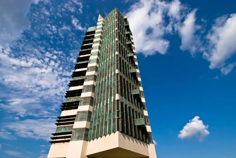 Frank Lloyd Wright utilizou a estrutura de raízes de árvore para a St. Mark's Tower, em Nova York, e outros edifícios altos. Os pavimentos ficam em balanço.