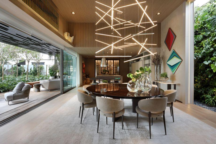 CASACOR São Paulo. Dolce Villa Todeschini - Debora Aguiar. Nesta casa contemporânea, a profissional optou por um hall como forma de marcar a separação das áreas de convívio e as áreas privativas. Ali, uma grande luminária composta por linhas iluminadas se destaca. A peça é uma criação da própria arquiteta para o ambiente.