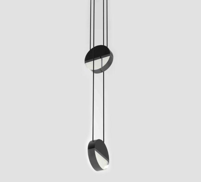 A Balance é composta por um disco formado metade por alumínio opaco e metade por uma lente de acrílico com borda fosca. A luminária simples e geométrica funciona com lâmpadas de LED e foi criada por Saleem Khattak para Archilume.
