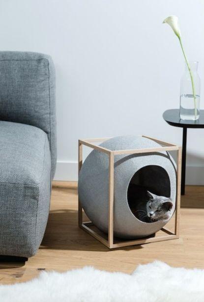 """""""O Cubo"""" é uma peça de design escultural da Meyou Paris. Trata-se de uma esfera de lã trançada perfeita para os gatos se aconchegarem e também arranharem. O objetivo é conciliar o conforto dos pets com a decoração para a casa."""