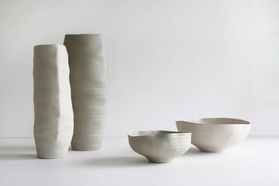 Rina Menardi cria peças em argila e cerâmica desde a década de 1980. Com linhas simples, orgânicas e puras, suas peças são uma fusão entre o artesanato, arte, design e funcionalidade.