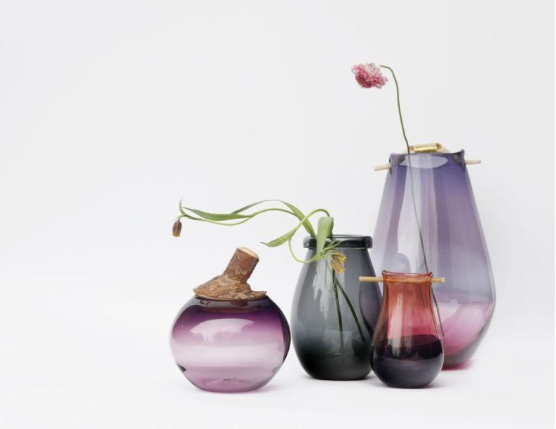 Os vasos da coleção HEIKI - assinados pela designer Pia Wüstenberg para a Utopia & Utility - são soprados à mão e possuem detalhes orgânicos na tampa e ou alças feitos de madeira. A parte de vidro é feita na Inglaterra e a madeira é esculpida na Alemanha.
