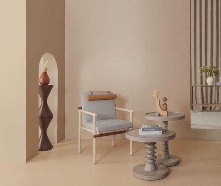 A estrutura de madeira da cadeira Kio - coleção Hygge da marca Albero - reflete o equilíbrio que inspirou a peça. Ela conta com um encosto de couro acoplável e pode ser utilizada tanto em ambientes internos quanto externos.