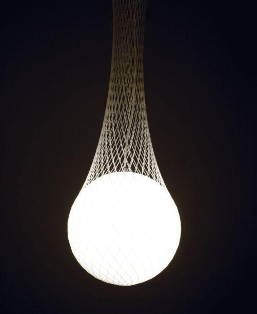 """Batizada Network Suspension(""""suspensão de rede"""", em inglês) foi inspirada nos conceitos de transparência e fusão entre objetos e espaço. A malha sobre a esfera ajuda a criar um efeito de difusão da luz que captura o observador. A peça foi criada por Benjamin Hopf para a Formagenda."""