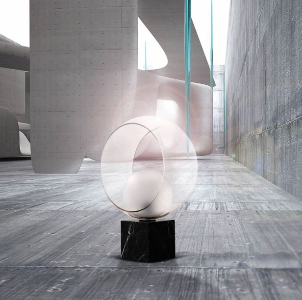 Os abajures da marca Concept Verre - chamados Okio - chamam atenção pelas linhas simples e formas elementares. Eles são um arranjo entre uma esfera apoiada em cubo envoltos por um círculo. É a união entre os a dureza dos ângulos retos e a delicadeza das curvas.