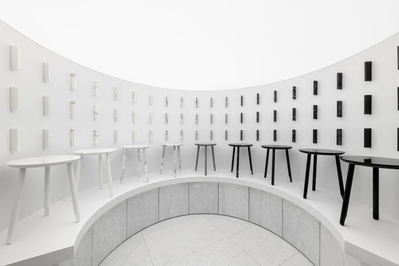 O showroom da Marsotto exibe peças de diversas coleções, incluindo móveis de mármore, algumas obras esculturais e amostras de materiais. Projetado pelo Nendo, o espaço explora a abstração e o minimalismo. A entrada se funde à parede prédio, convidando o visitante a entrar em uma espécie de universo secreto, de design.
