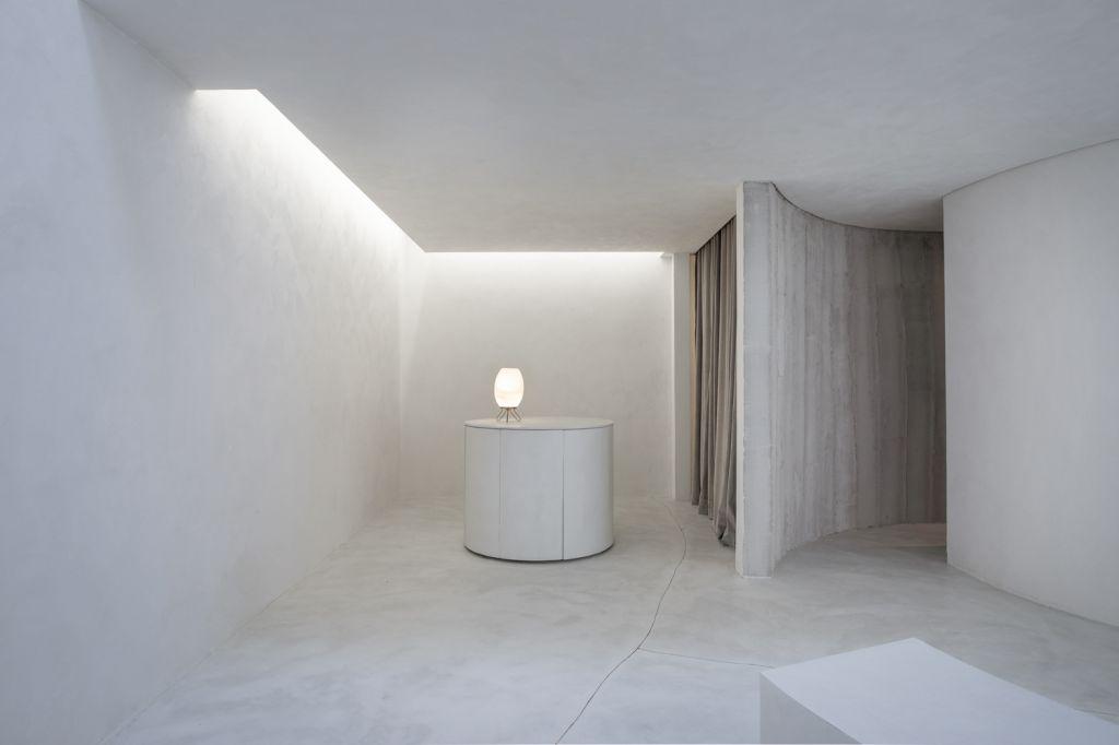 MNMA studio cria loja de sapatos minimalista e monocromática