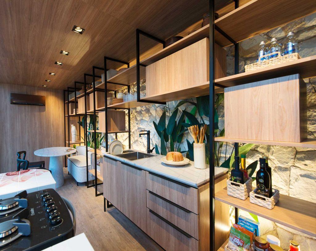 estante vazada na cozinha integrando sala de jantar também