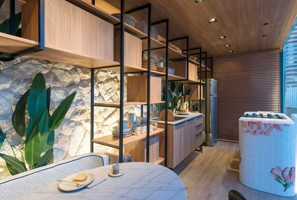 estante vazada com armários pretos acomodando toda a cozinha de parede a parede