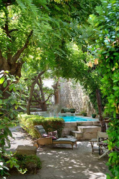 O artista francês Guy de Rougemont  incluiu uma de suas esculturas bem no centro de sua piscina no Sul da França. Ela fica em pátio cercado por um belo jardim, bem na frente da residência.