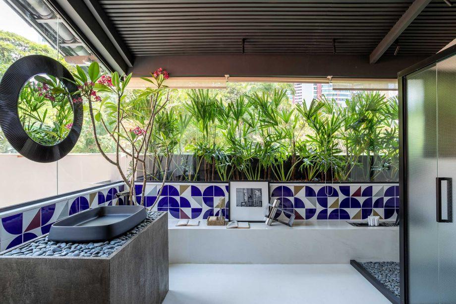 Casa 245 - Laís Galvão. CASACOR Bahia 2019. O loft descomplicado foi inspirado no traço simples e genial de arquitetos como Oscar Niemeyer e Lina Bo Bardi. Dessa forma, o concreto define a linha mestra do projeto, aparecendo em um grande painel que une os ambientes de sala de estar e quarto.