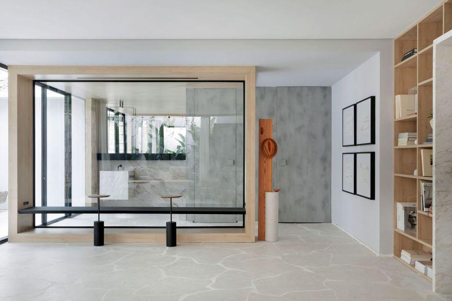 Casa Conecta - Ticiane Lima. CASACOR São Paulo 2019. A casa de 125 m² foi dividida em living, banheiro e terraço. Inspirado em uma arquitetura limpa e moderna, o banheiro é envolto por grandes portas de vidro e traz uma paleta de cores claras e diferentes tons de madeira, criando uma atmosfera calma.
