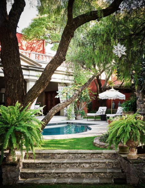 Esta piscina fica em San Miguel de Allende, no México. Ela pertence à designer Michelle Nussbaumer e é produto de um grande esforço de restauração. Pingentes em forma de estrela e samambaias criam uma atmosfera romântica mas também melancólica.