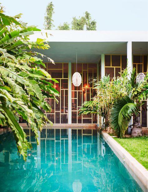 Cercada por jardins exuberantes, esta piscina pertence ao artista Jorge Pardo e fica em Mérida, México. No projeto, o exterior é tão fundamental quanto o exterior, portanto, é possível acessar a piscina pela própria sala.