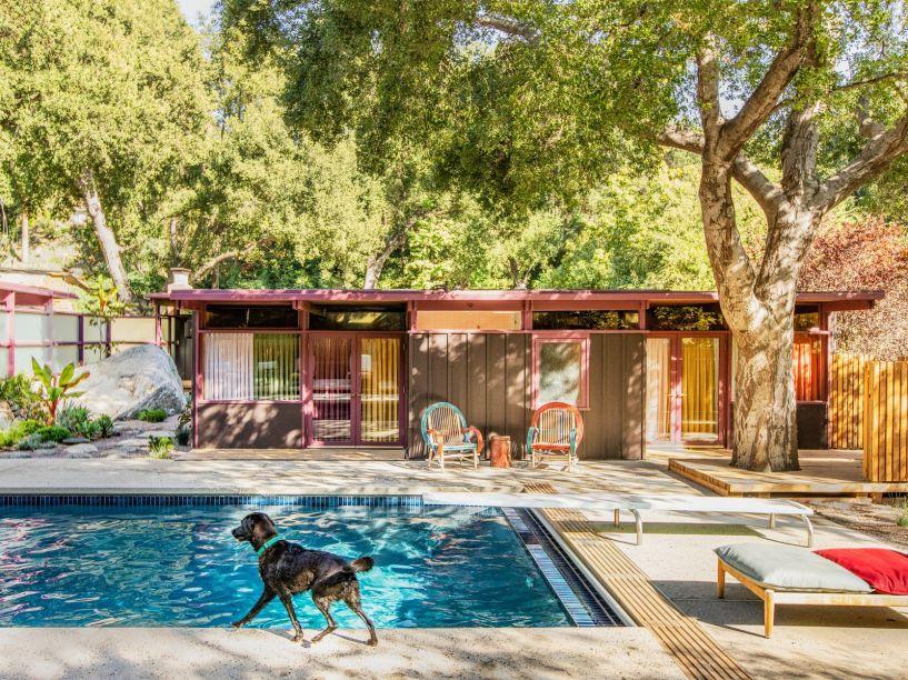 Esta casa foi projetada pelo arquiteto Frances Merrill. As áreas externas possuem uma mistura viva e rica de cores e texturas. A piscina é cercada por poltronas de bambu e carvalho além de um jardim que mistura estilo japonês e plantas da Califórnia.