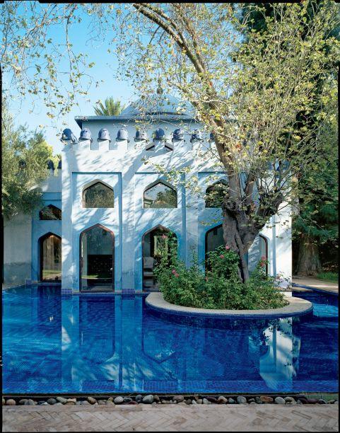 No famoso Es Saadi Gardens & Resort, 10 vilas separadas - cada uma com sua própria piscina aquecida - proporcionam 10 lugares de destaque para se hospedar. A fotografia é da piscina privativa da Villa Persa, que está localizada no meio da área de jardim da propriedade. Tadelakt, um gesso tradicional marroquino, é um material azul claro levemente reflexivo que combina facilmente com a água ao redor da casa.