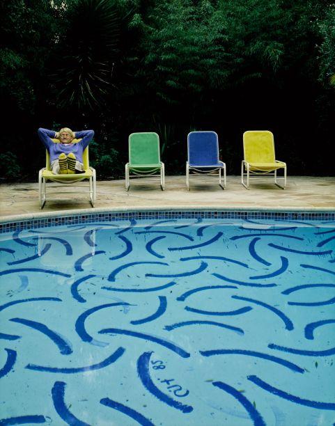 Quando se trata de representações pictóricas de piscinas, é quase impossível evitar a menção ao grande artista britânico David Hockney. Para sua edição de abril de 1983, Architectural Digest visitou a casa do pintor, que é famosa por ter não apenas uma piscina, mas um piso de piscina pintado pelo próprio artista.