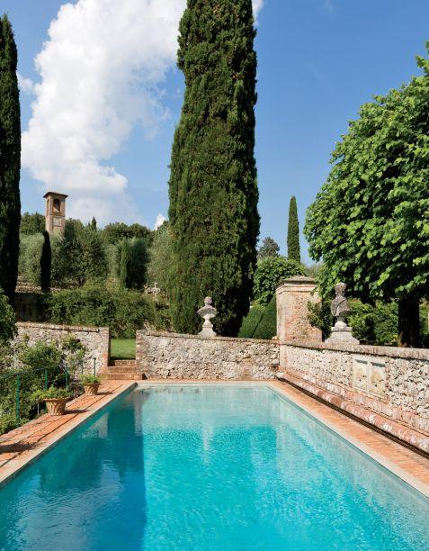 Esta piscina fica na suntuosa Villa Cetinale, uma propriedade na Toscana do século 17. Ela é cercada por paredes de pedra e conta com uma vista de tirar o fôlego para uma paisagem idílica da Itália central.