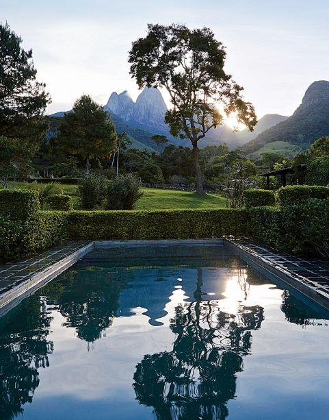 A paisagem ao fundo desta piscina é a Serra dos Três Picos, no Rio de Janeiro.Os belos azuis da água e da piscina são rivalizados apenas pela cozinha de Carlos Souza, o proprietário da casa, que apresenta uma paleta de cores própria semelhante, embora mais ensolarada.
